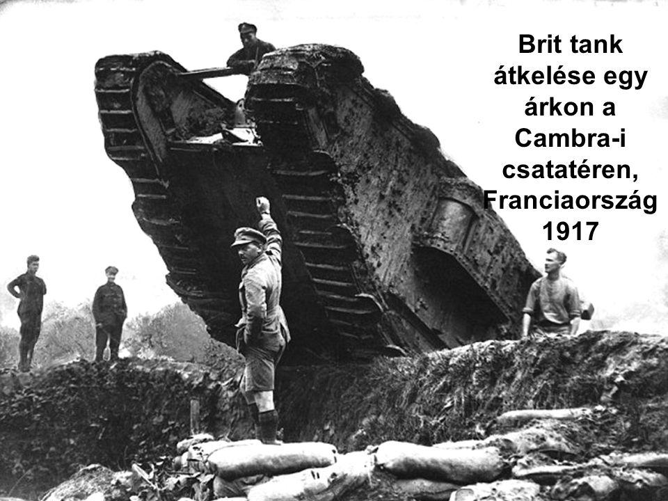 Brit tank átkelése egy árkon a Cambra-i csatatéren,