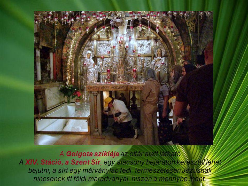 A Golgota sziklája az oltár alatt látható A XIV