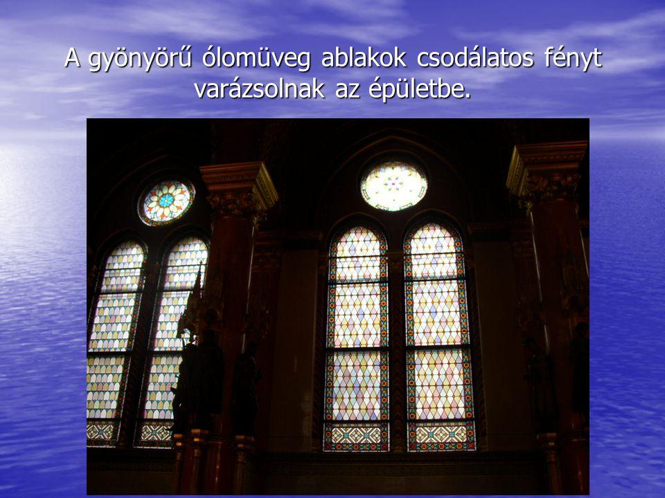 A gyönyörű ólomüveg ablakok csodálatos fényt varázsolnak az épületbe.
