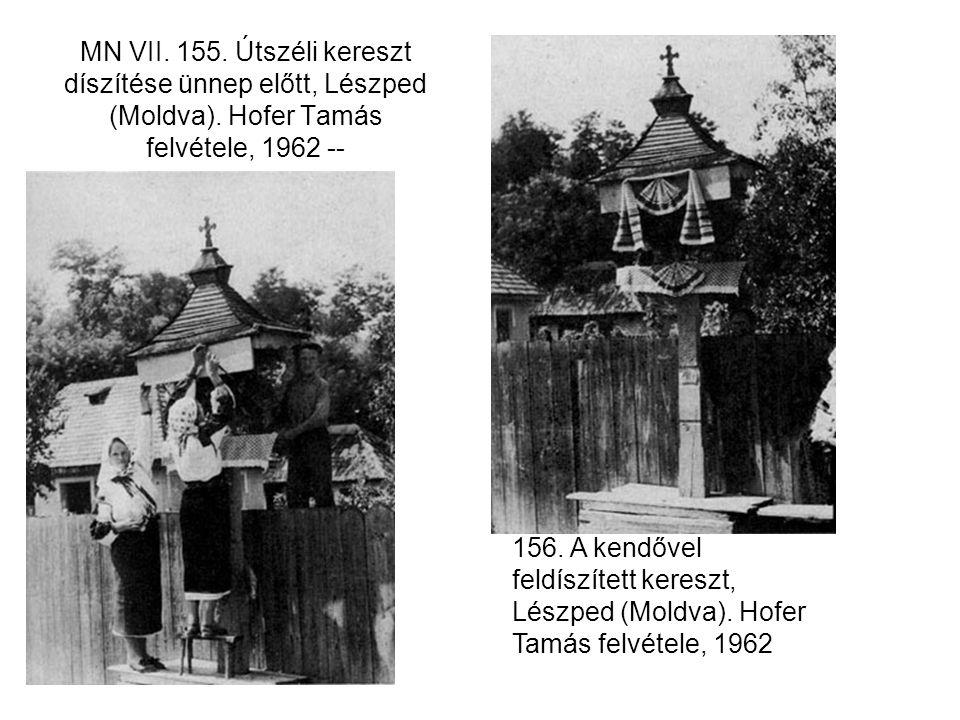 MN VII. 155. Útszéli kereszt díszítése ünnep előtt, Lészped (Moldva)
