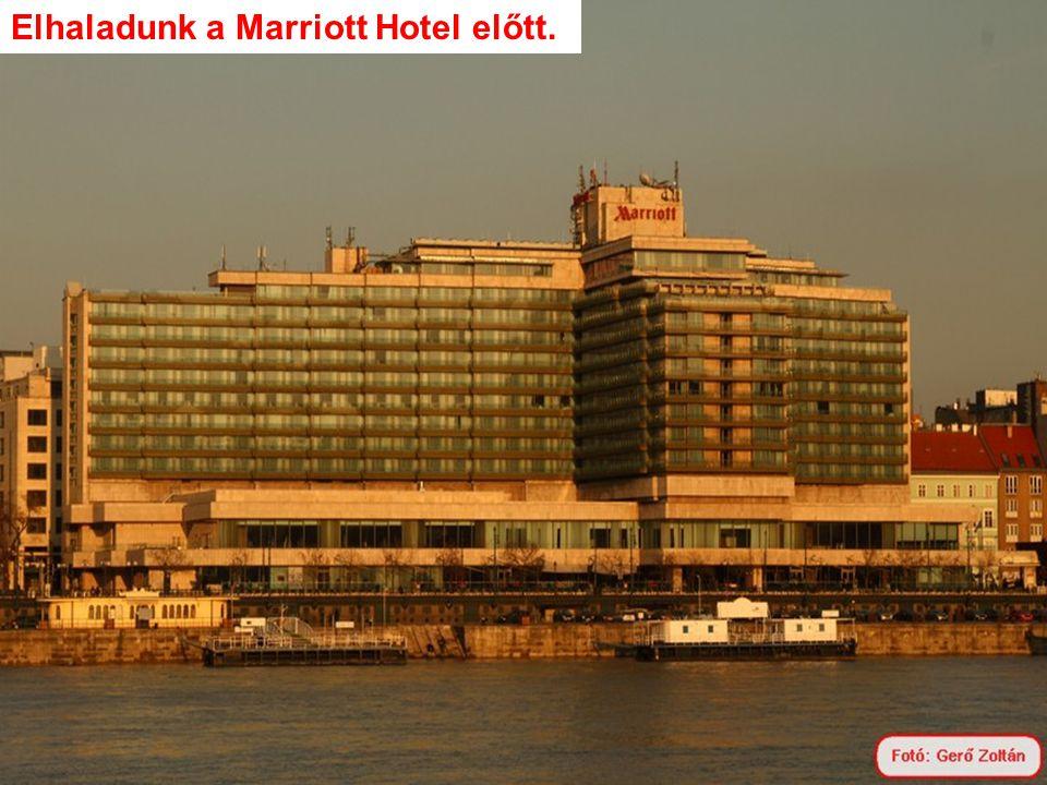 Elhaladunk a Marriott Hotel előtt.