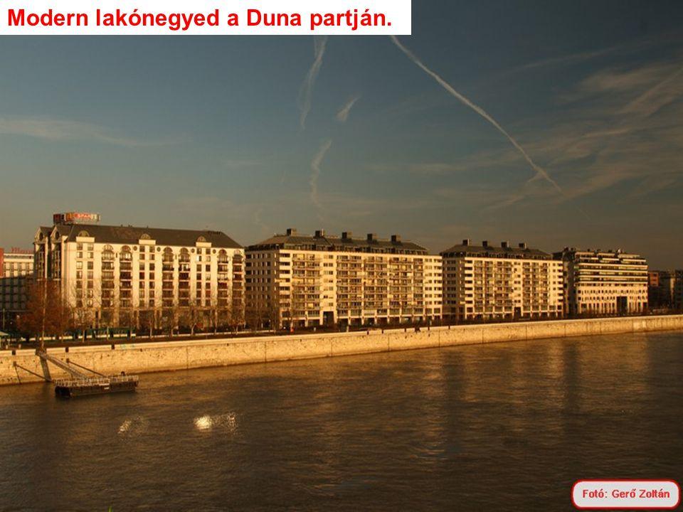 Modern lakónegyed a Duna partján.