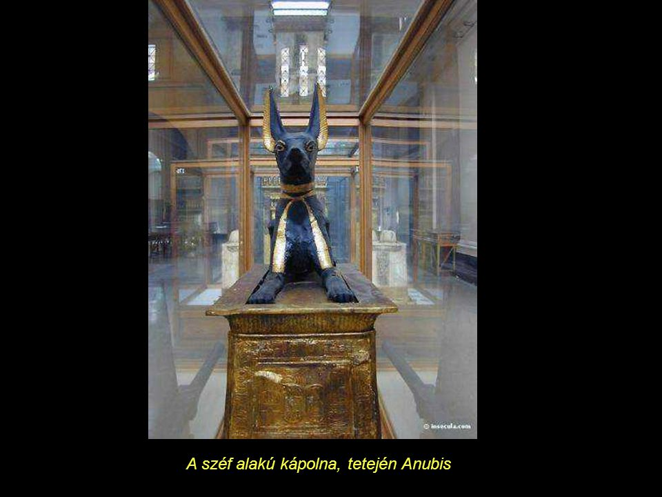 A széf alakú kápolna, tetején Anubis