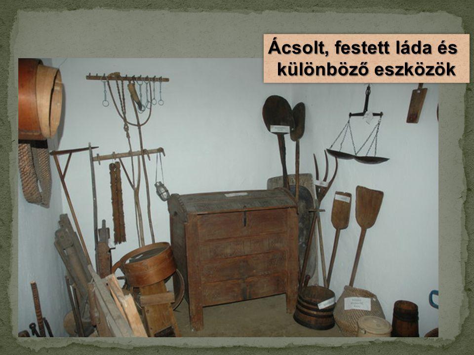 Ácsolt, festett láda és különböző eszközök