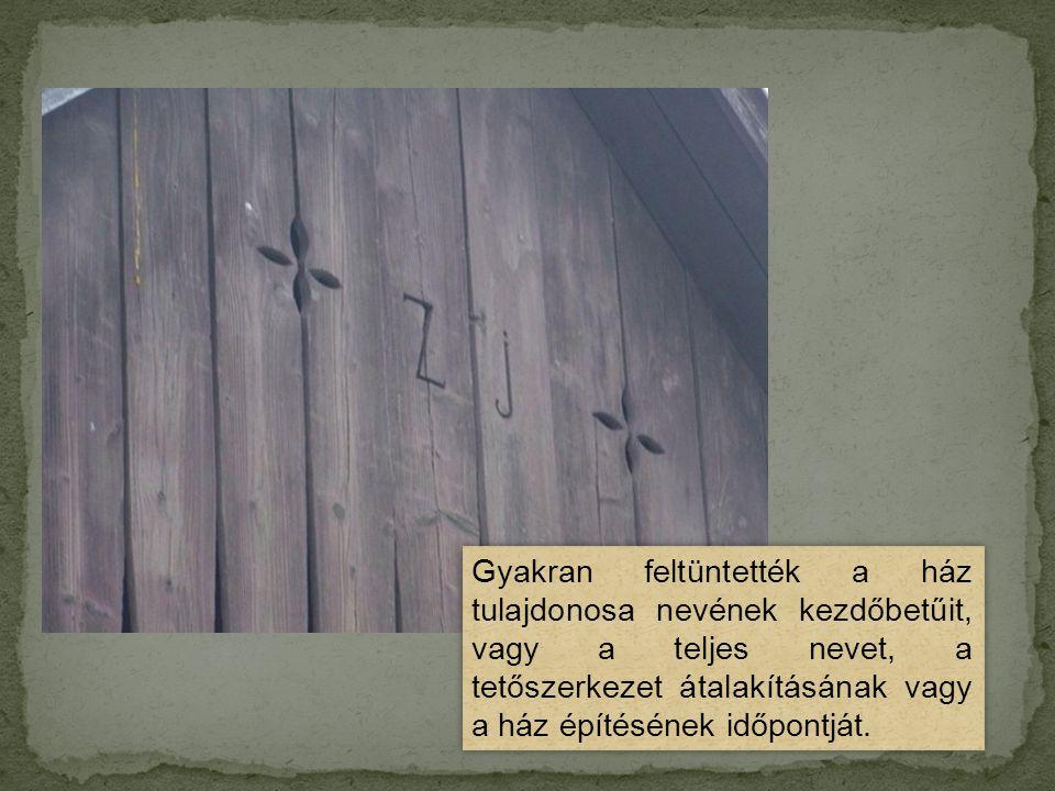Gyakran feltüntették a ház tulajdonosa nevének kezdőbetűit, vagy a teljes nevet, a tetőszerkezet átalakításának vagy a ház építésének időpontját.