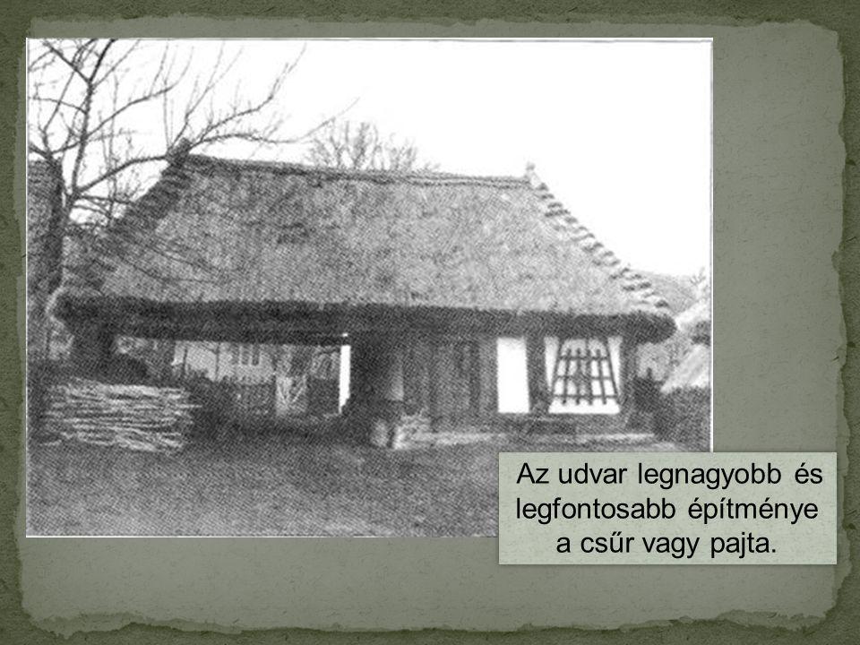 Az udvar legnagyobb és legfontosabb építménye a csűr vagy pajta.