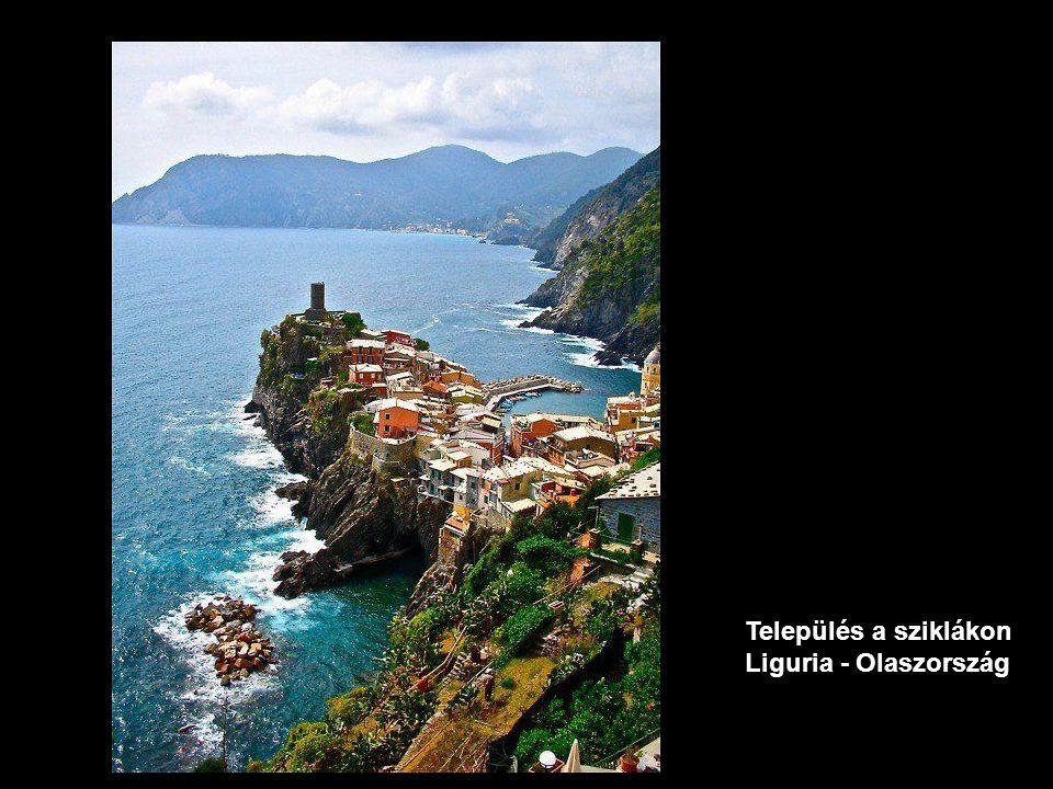 Település a sziklákon Liguria - OIaszország