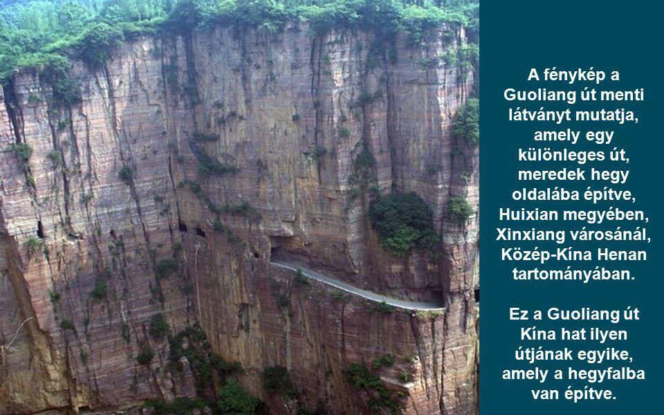 A fénykép a Guoliang út menti látványt mutatja, amely egy különleges út, meredek hegy oldalába építve, Huixian megyében, Xinxiang városánál, Közép-Kína Henan tartományában.