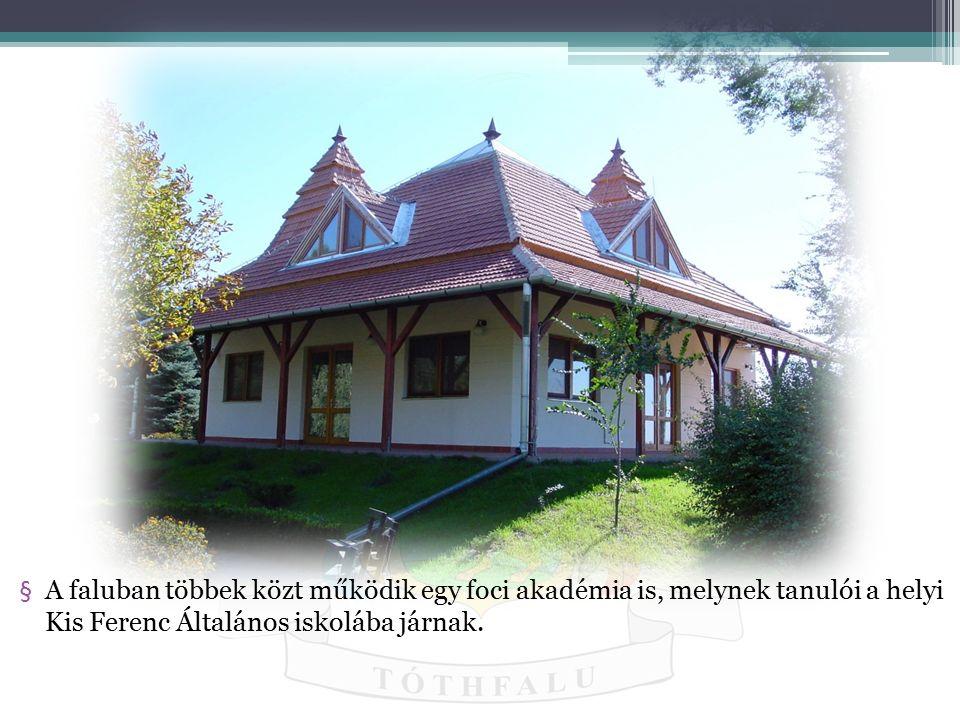 A faluban többek közt működik egy foci akadémia is, melynek tanulói a helyi Kis Ferenc Általános iskolába járnak.