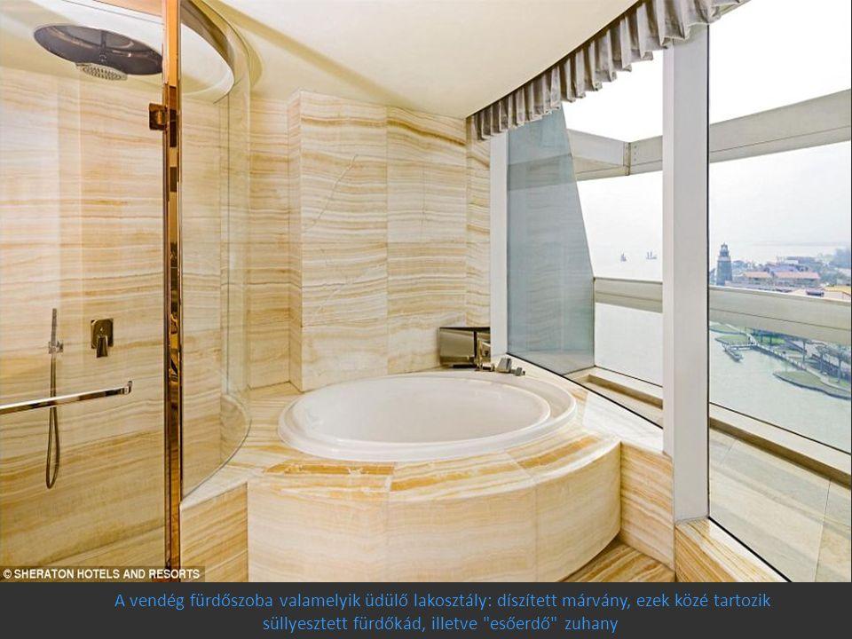 A vendég fürdőszoba valamelyik üdülő lakosztály: díszített márvány, ezek közé tartozik süllyesztett fürdőkád, illetve esőerdő zuhany