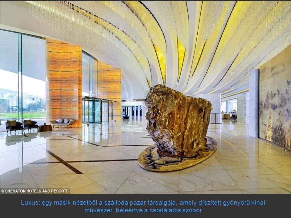 Luxus: egy másik nézetből a szálloda pazar társalgója, amely díszített gyönyörű kínai művészet, beleértve a csodálatos szobor