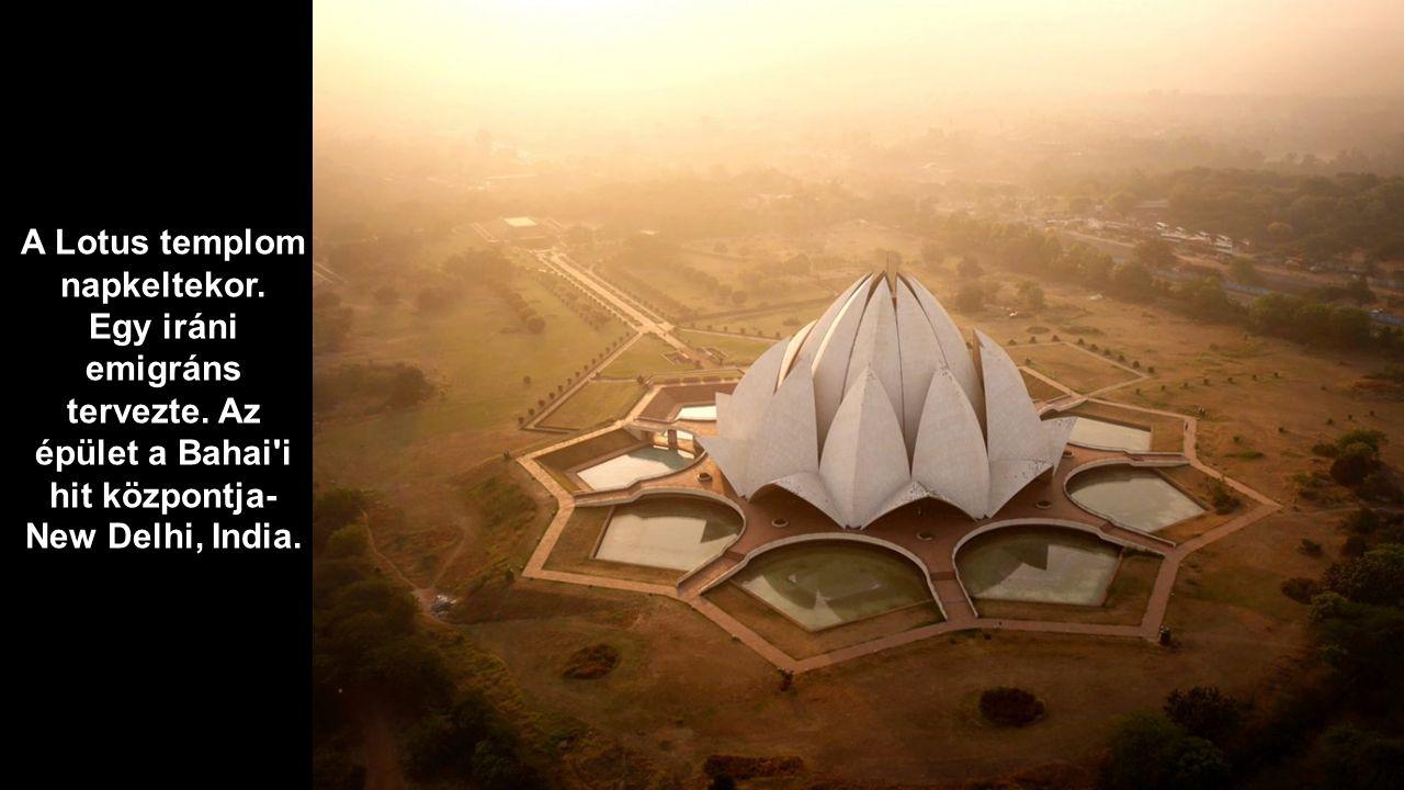 A Lotus templom napkeltekor.
