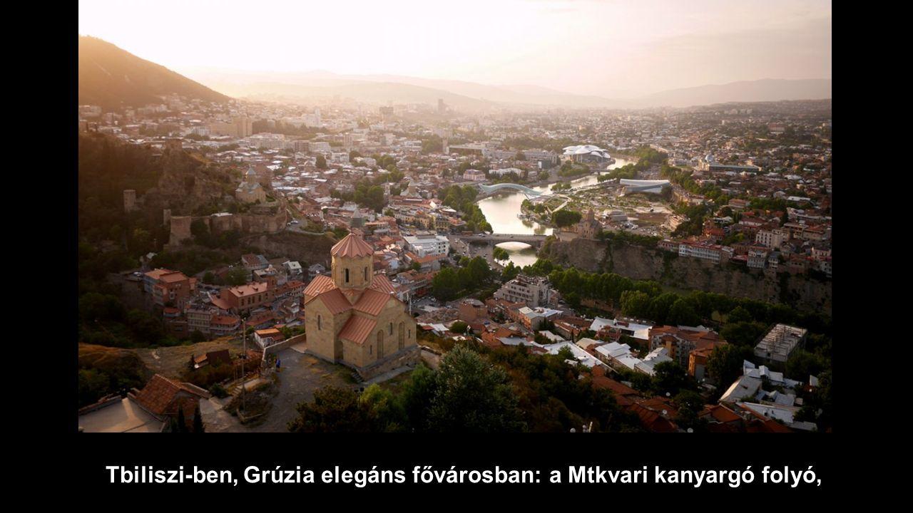 Tbiliszi-ben, Grúzia elegáns fővárosban: a Mtkvari kanyargó folyó,