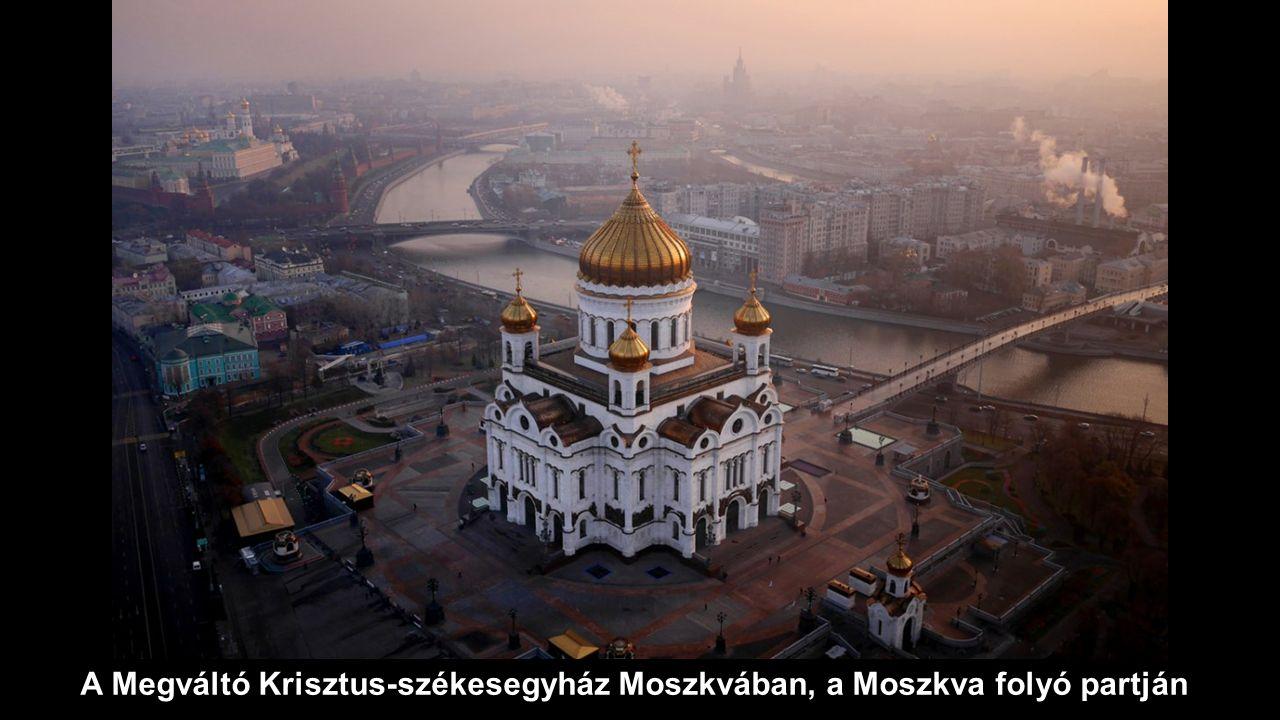 A Megváltó Krisztus-székesegyház Moszkvában, a Moszkva folyó partján