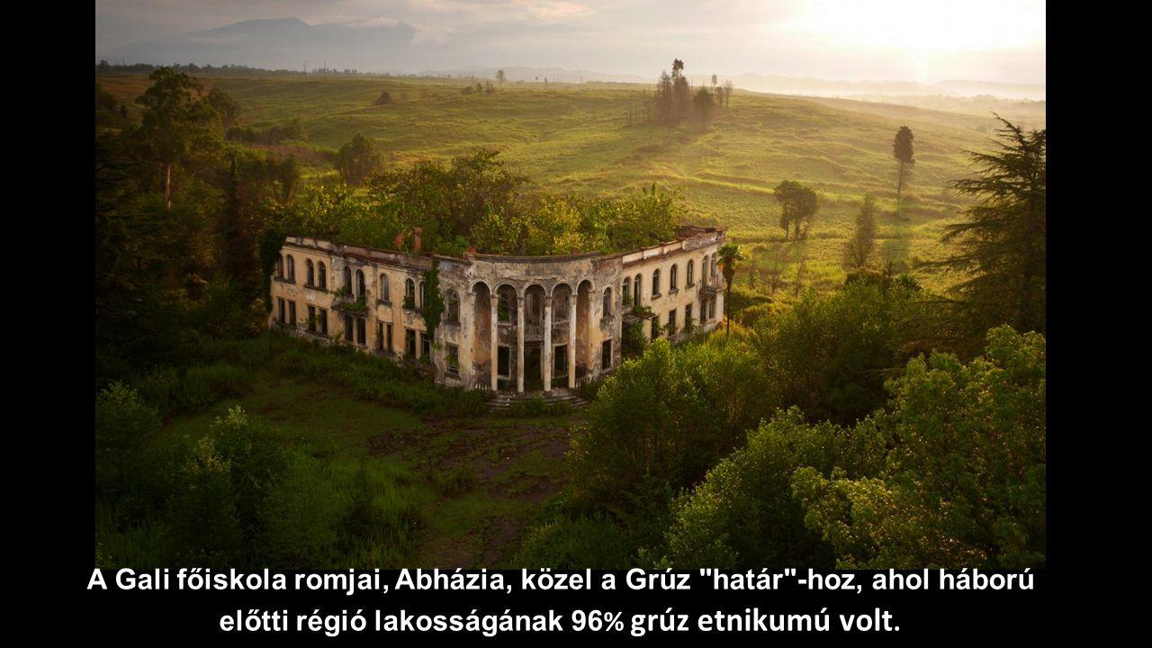A Gali főiskola romjai, Abházia, közel a Grúz határ -hoz, ahol háború előtti régió lakosságának 96% grúz etnikumú volt.