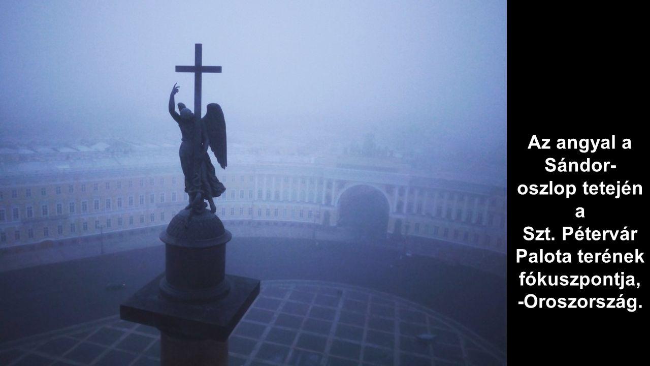 Az angyal a Sándor-oszlop tetején a