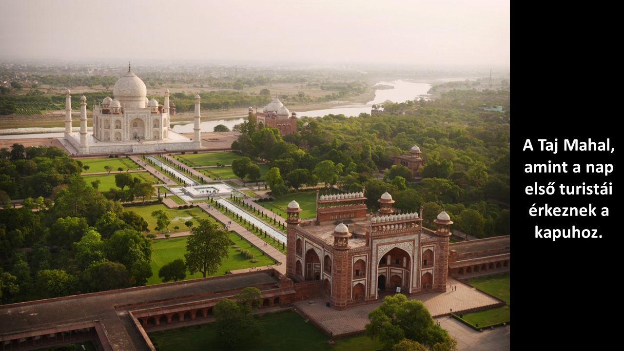A Taj Mahal, amint a nap első turistái érkeznek a kapuhoz.