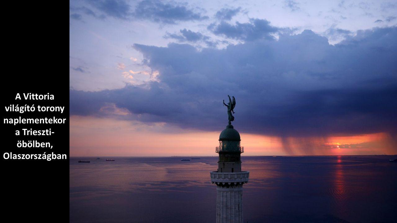 A Vittoria világító torony naplementekor a Trieszti-öbölben, Olaszországban