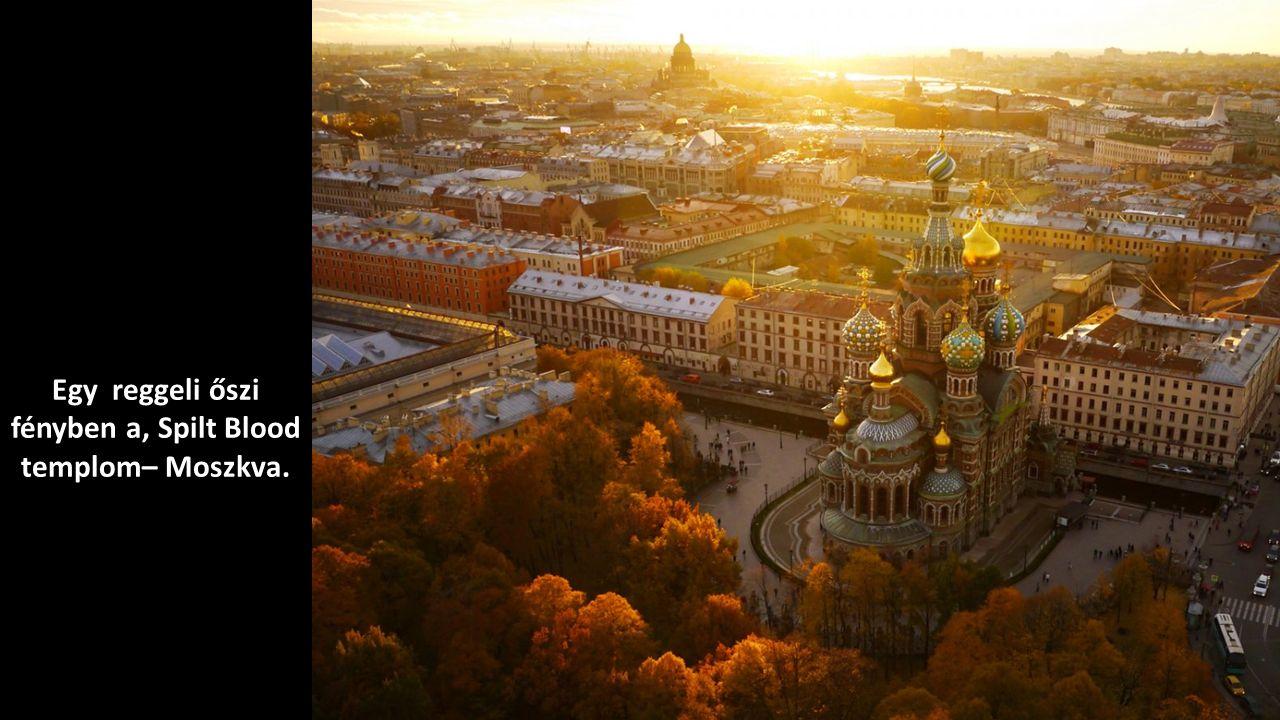 Egy reggeli őszi fényben a, Spilt Blood templom– Moszkva.