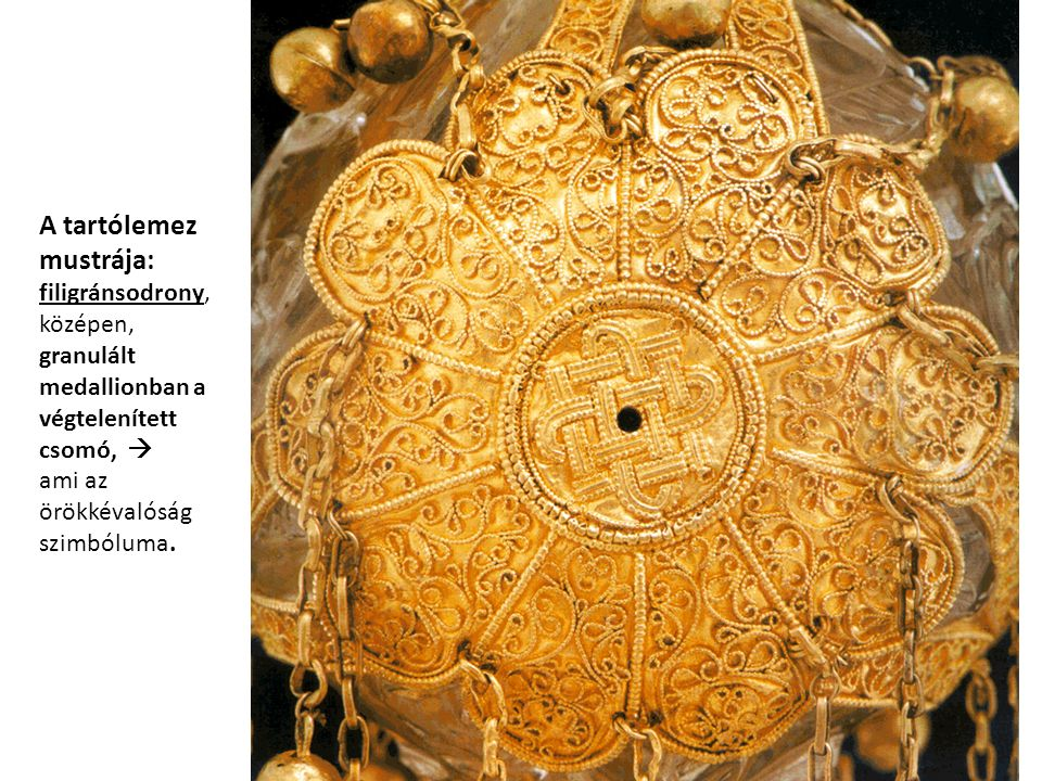 A tartólemez mustrája: filigránsodrony, középen, granulált medallionban a végtelenített csomó,  ami az örökkévalóság szimbóluma.